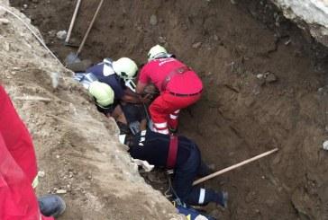 FOTO – Muncitor salvat de colegi și pompieri, după ce un mal de pământ s-a prăbușit peste el