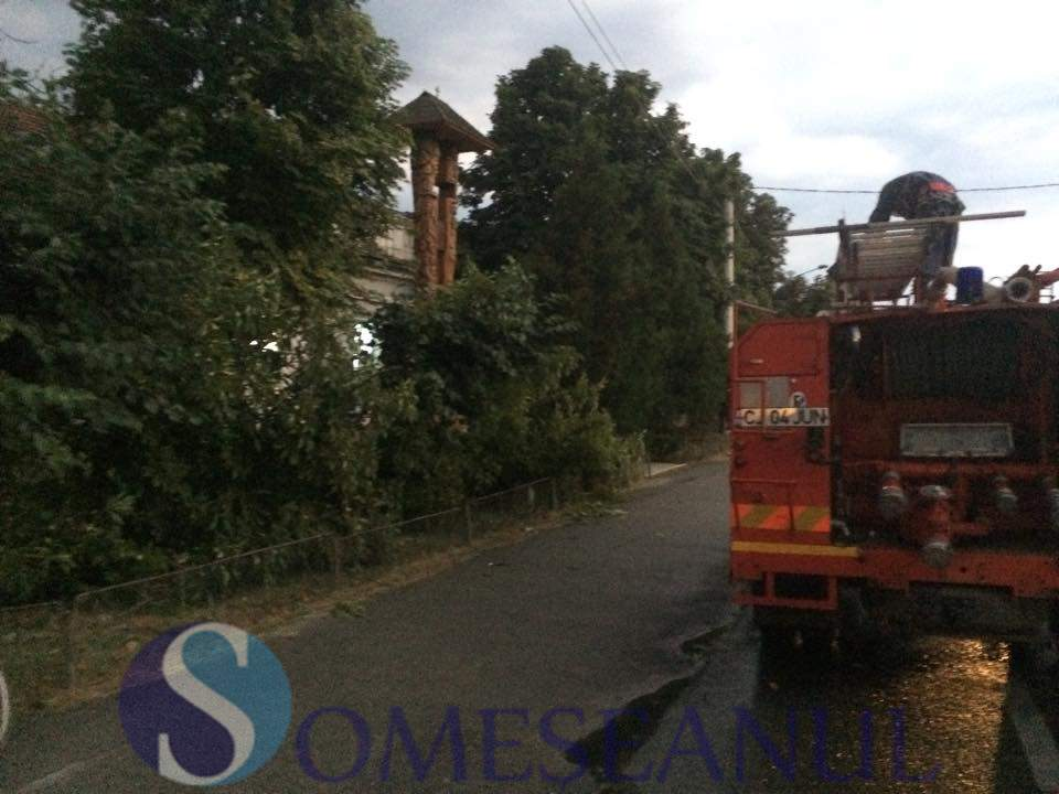 someseanul-copac doborat de furtuna spital gherla (3)