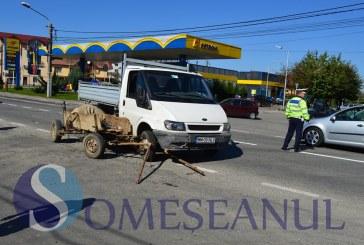 Accident pe strada Clujului din Gherla. Un TIR a lovit o autoutilitară pe care a proiectat-o într-o căruță – FOTO/VIDEO