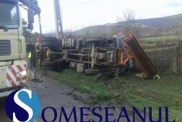 Șofer din Bistrița, rănit grav, după ce s-a răsturnat cu un camion, la Cămărașu – FOTO