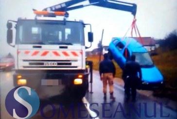 Accident rutier la intrare în Livada. Un tânăr din Bistrița a ajuns cu mașina în șanț – FOTO