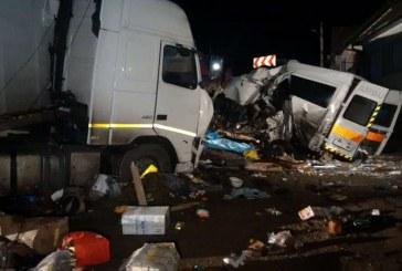 Tragedie pe șosea. Trei morți și trei răniți după impactul între un TIR și un microbuz – FOTO