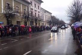 Bistrițenii au îndurat frig și ploaie pentru a asista la parada militară de Ziua României – VIDEO