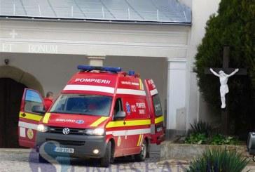 Bărbat din Dej, transportat cu ambulanța SMURD la spital după ce a căzut pe scările Bisericii Franciscane – VIDEO