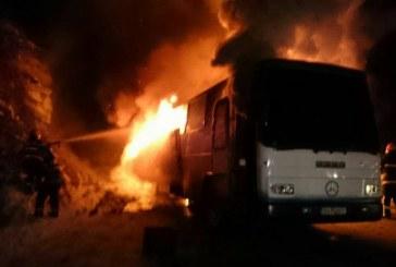 Autobuz în flăcări la Ilva Mică. Pompierii au intervenit imediat la fața locului – FOTO