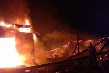Incendiu devastator: Doi copii şi mama lor au murit, după ce locuința le-a luat foc