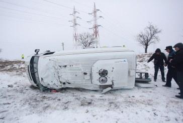Accident rutier la Strâmtura. Un microbuz s-a răsturnat, după ce s-a izbit de un gard de beton