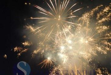 Anul 2016 a fost întâmpinat la Dej în stradă. Dejenii au avut parte de un foc de artificii și petrecere în centrul orașului – VIDEO