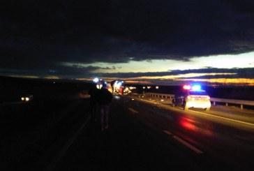 FOTO – Accident mortal pe DN7. Două persoane au murit după ce s-au izbit cu mașina de un TIR din Cluj