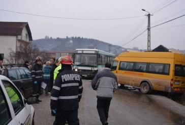 CLUJ: Impact între un microbuz școlar și un autobuz. Trei copii și un adult au ajuns la spital