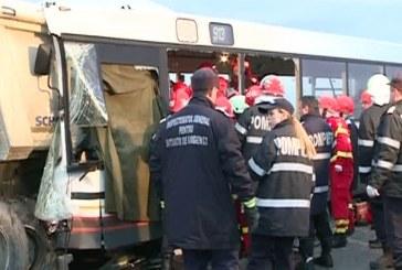 VIDEO – Tragedie pe DN1. Cinci morți și 28 de răniți după ce un autobuz a lovit o autobasculantă
