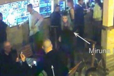 VIDEO camere supraveghere – Femeie bătută cu bestialitate de o brută. Un jandarm a asistat ca un bleg la toată scena