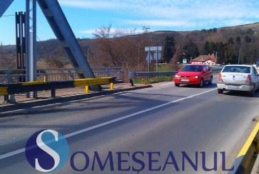 Accident la ieșire din Gherla. O mașină s-a  înfipt într-un parapet metalic – FOTO
