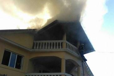 FOTO – Incendiu la acoperișul unei case. Pompierii au fost ajutați de voluntari