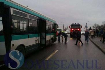 Grav accident în Cluj. Zece răniți după ce un autobuz a fost lovit de o cisternă – FOTO