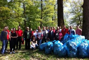 Zeci de saci de gunoaie adunați din Pădurea Bungăr într-o acțiune de ecologizare a PSD Dej
