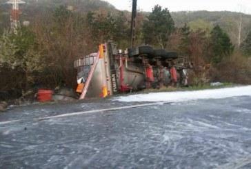 Pericol uriaș. O cisternă încărcată cu acid sulfuric s-a răsturnat pe DN 1 – FOTO/VIDEO