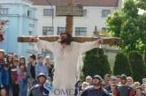 Dramatism, sânge și lacrimi: Drumul Crucii, refăcut la Dej în Joia Mare – FOTO/VIDEO
