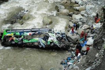 Ce tragedie! 23 de morți după ce un autocar s-a prăbușit într-un râu – VIDEO