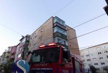 Acoperișul unui bloc din Dej, desprins din cauza vântului – FOTO