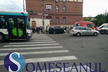 Accident în Piața Cipariu din Cluj.  Una dintre mașini s-a răsturnat – FOTO