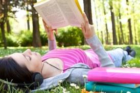 """Bibliotecă în aer liber la Dej, sub sloganul """"Fii cool, pune mana pe o carte!"""""""