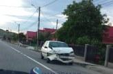Mașină proiectată în stâlp, după coliziunea cu un alt autoturism – FOTO