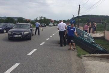 Accident cu victime la Bunești. Una dintre mașini a ajuns în șanț – FOTO/VIDEO
