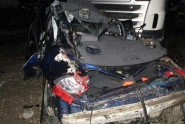 Accident mortal aproape de Năsăud. Doi tineri morți și unul în comă, după ce au intrat cu mașina în trei TIR-uri parcate