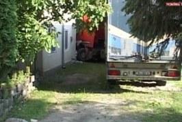 S-au trezit cu TIR-ul în casă. Autotrenul lovise mai întâi un microbuz – VIDEO