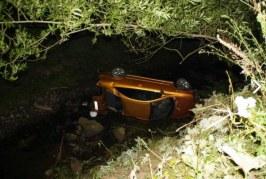Mașină răsturnată în apă la Bichigiu. Trei persoane au fost rănite