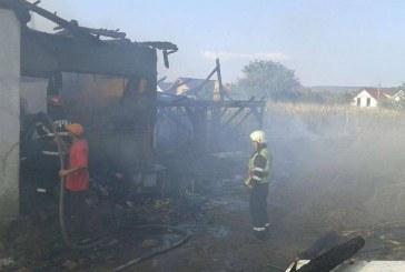 Un incendiu izbucnit de la grajd a lăsat o familie fără acoperiș deasupra capului – FOTO