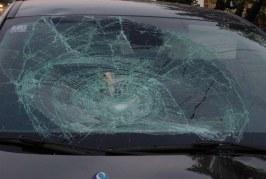 Tineri bănuiţi de distrugere, identificaţi de poliţişti. Au lovit cu pietre o mașină