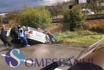 Un șofer din Sălaj a zburat cu mașina în șanț la Livada – VIDEO