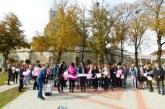 """Unitate pentru sănătatea femeii. Elevi, profesori și adulți, în """"Marșul Roz"""" pentru prevenția cancerului la sân – FOTO/VIDEO"""