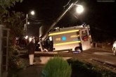 Grav accident în Lăpușel. O ambulanță s-a izbit violent de un stâlp – FOTO