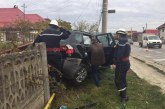 Accident la intrare în Gherla. Două mașini s-au ciocnit, una fiind proiectată în gard – FOTO/VIDEO