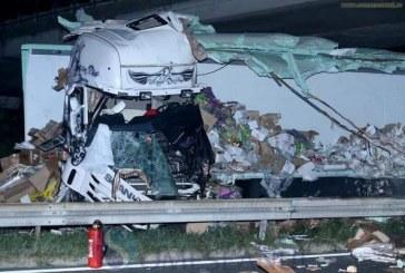 Doi români morți într-un accident în Croația. Camionul lor s-a făcut praf – FOTO