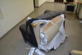VIDEO – Zeci de mii de pachete de ţigări de contrabandă ascunse în canapele