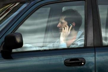 Folosirea telefonului mobil la volan te poate duce după gratii