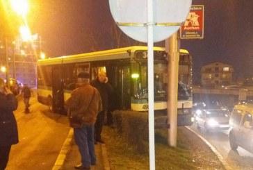 Poleiul și ceața au cauzat o serie de accidente în Cluj. Un autobuz de călători a intrat într-un stâlp – FOTO