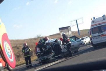 O femeie a ajuns la spital după ce mașina pe care o conducea a lovit o autoutilitară – FOTO