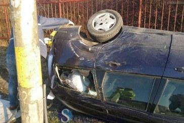 S-a urcat beat la volan și a intrat cu mașina în stâlp