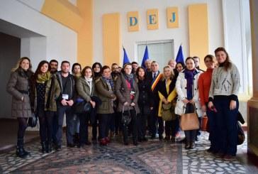 """Parteneri ai Şcolii """"Avram Iancu"""" în vizită la Primăria Dej"""