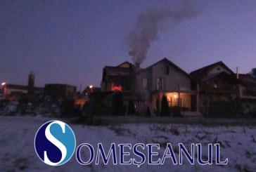 Incendiu la o casă de pe strada Liviu Rebreanu din Gherla. Două autospeciale de pompieri au intervenit  – VIDEO