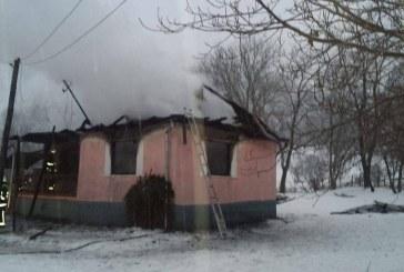 O femeie a ars de vie în propria casă, care a fost cuprinsă de flăcări – FOTO