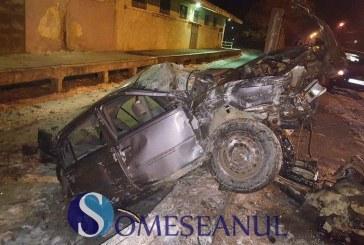 Grav accident pe strada 1 Mai din Dej. O mașină a fost distrusă – FOTO