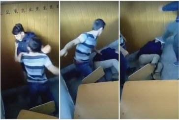 IMAGINI ȘOCANTE: Elev bătut cu bestialitate într-o sală de clasă – VIDEO