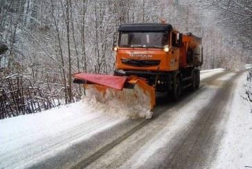 460 de tone de material antiderapant pe drumurile din Cluj. Ninge în continuare