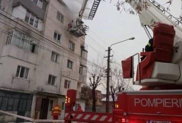 Incendiu violent la un bloc din Bistrița. Un bărbat a decedat – FOTO